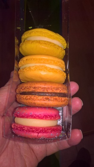 Macarons als Dessert: Schokolade und Zitrone für Alex, Erdbeer und Champagne für mich!